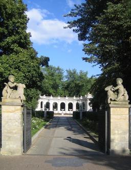 Entrée du parc Friedrichshain à Berlin. Source : http://data.abuledu.org/URI/545bbd66-entree-du-parc-friedrichshain-a-berlin