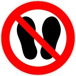 Entrée interdite avec chaussures. Source : http://data.abuledu.org/URI/51bf5dc5-entree-interdite-avec-chaussures