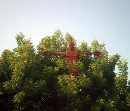 Épouvantail rouge dans les arbres. Source : http://data.abuledu.org/URI/520ab934-epouvantail-rouge-dans-les-arbres