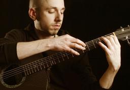 Erik Mongrain à la guitare. Source : http://data.abuledu.org/URI/5500b5b1-erik-mongrain-a-la-guitare