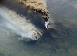 Éruption du volcan Etna, vu depuis la station spaciale internationnalle. Source : http://data.abuledu.org/URI/503a485b-eruption-du-volcan-etna-vu-depuis-la-station-spaciale-internationnalle