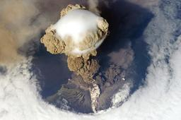 Éruption du volcan Sarychev. Source : http://data.abuledu.org/URI/50e0c315-eruption-du-volcan-sarychev