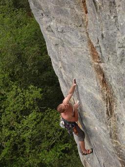 Escalade en Dordogne. Source : http://data.abuledu.org/URI/5230d455-escalade-en-dordogne