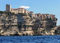 Escalier du roi d'Aragon dans les falaises de Bonifacio. Source : http://data.abuledu.org/URI/54a7f257-escalier-du-roi-d-aragon-dans-les-falaises-de-bonifacio