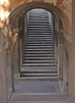 Escalier en pierre. Source : http://data.abuledu.org/URI/502f75a2-escalier-en-pierre
