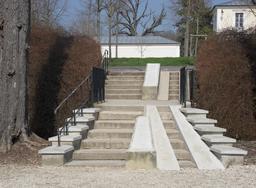 Escaliers avec voies d'accès pour les poussettes. Source : http://data.abuledu.org/URI/54b57e1e-escaliers-avec-voies-d-acces-pour-les-poussettes
