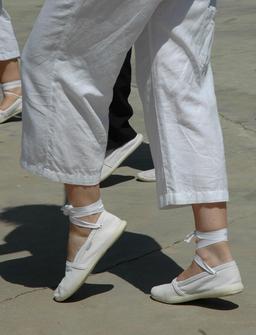 Espadrilles à lacets. Source : http://data.abuledu.org/URI/50fbf3e3-espadrilles-a-lacets