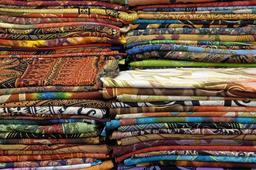 Étalage de foulards pliés. Source : http://data.abuledu.org/URI/533c5b06-etalage-de-foulards-plies