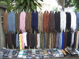 Étalage de vente de lacets. Source : http://data.abuledu.org/URI/50394799-etalage-de-vente-de-lacets