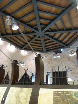 Exposition dans la tour de la Chaîne à La Rochelle. Source : http://data.abuledu.org/URI/582178c6-exposition-dans-la-tour-de-la-chaine-a-la-rochelle