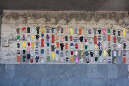 Exposition de gants sur un mur. Source : http://data.abuledu.org/URI/534c29ff-exposition-de-gants-sur-un-mur