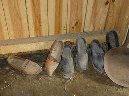 Eysines, Écomusée du maraîchage - sabots dans la cabane. Source : http://data.abuledu.org/URI/56307b49-eysines-ecomusee-du-maraichage-sabots-dans-la-cabane