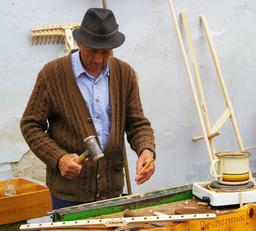 Fabricant de râteaux en bois. Source : http://data.abuledu.org/URI/536a2af0-fabricant-de-rateaux-en-bois
