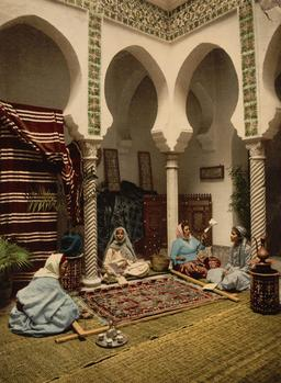 Fabrication de tapis à Alger en 1899. Source : http://data.abuledu.org/URI/53ae135b-fabrication-de-tapis-a-alger-en-1899