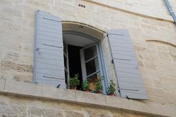 Façade aux volets ouverts. Source : http://data.abuledu.org/URI/590a413c-facade-aux-volets-ouverts