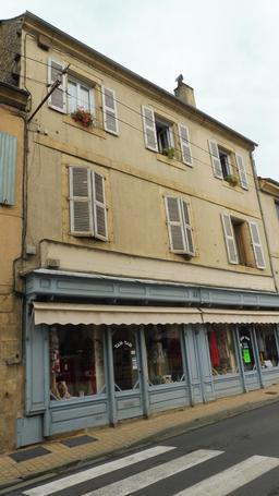 Façade avec magasin dans la ville médiévale de Montignac-24. Source : http://data.abuledu.org/URI/5994e921-facade-avec-magasin-dans-la-ville-medievale-de-montignac-24