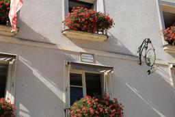 Façade d'Amboise avec devise et enseigne. Source : http://data.abuledu.org/URI/55cc4f9e-facade-d-amboise-avec-devise-et-enseigne