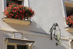 Façade d'Amboise avec dicton et enseigne. Source : http://data.abuledu.org/URI/55cc557c-facade-d-amboise-avec-dicton-et-enseigne