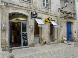 Façade de fromagerie à La Rochelle. Source : http://data.abuledu.org/URI/5821fbe2-facade-de-fromagerie-a-la-rochelle