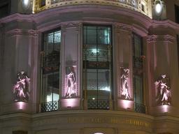 Façade du Printemps de nuit. Source : http://data.abuledu.org/URI/5171a20a-facade-du-printemps-de-nuit
