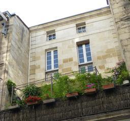 Façade fleurie à Bordeaux. Source : http://data.abuledu.org/URI/58270c25-facade-fleurie-a-bordeaux