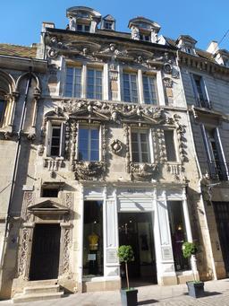 Façade rococo à Dijon. Source : http://data.abuledu.org/URI/592627a8-facade-rococo-a-dijon