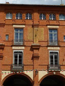 Façade sur la place nationale de Montauban. Source : http://data.abuledu.org/URI/571aaa0e-facade-sur-la-place-nationale-de-montauban