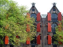 Façades anglaises de maisons en briques aux volets rouges. Source : http://data.abuledu.org/URI/536190e7-facades-anglaises-de-maisons-en-briques-aux-volets-rouges