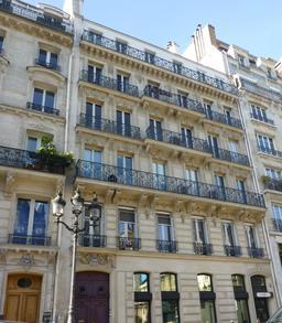 Façades parisiennes. Source : http://data.abuledu.org/URI/581a2563-facades-parisiennes