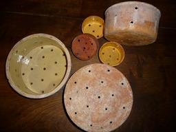 Faisselles. Source : http://data.abuledu.org/URI/5100759b-faisselles