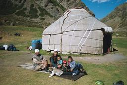Famille devant sa yourte. Source : http://data.abuledu.org/URI/520e0f76-famille-devant-sa-yourte