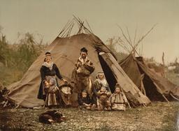 Famille Saami en Laponie en 1900. Source : http://data.abuledu.org/URI/53010306-famille-saami-en-laponie-en-1900