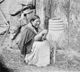 Femme haïda tissant un panier en 1898. Source : http://data.abuledu.org/URI/540a0998-femme-haida-tissant-un-panier-en-1898