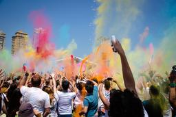 Festival Holi des couleurs en 2013 au Brésil. Source : http://data.abuledu.org/URI/5518288e-festival-holi-des-couleurs-en-2013-au-bresil