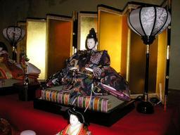 Fête des poupées au Japon, l'empereur. Source : http://data.abuledu.org/URI/52016af1-fete-des-poupees-au-japon-l-empereur