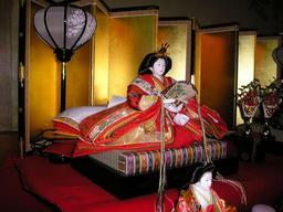 Fête des poupées au Japon, l'impératrice. Source : http://data.abuledu.org/URI/5201565d-fete-des-poupees-au-japon-l-imperatrice