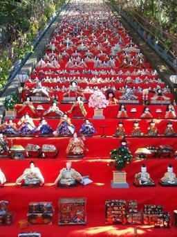 Fête des poupées géante au Japon. Source : http://data.abuledu.org/URI/52016c8b-fete-des-poupees-geante-au-japon