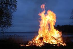 Feu de la nuit de Walpurgis . Source : http://data.abuledu.org/URI/52b97b26-feu-nocturne-