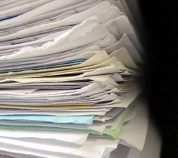 Feuilles de papier empilées. Source : http://data.abuledu.org/URI/50180b1b-feuilles-de-papier-empilees