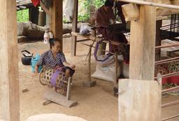 Filage et tissage de la soie en famille au Laos. Source : http://data.abuledu.org/URI/54cd0f82-filage-et-tissage-de-la-soie-en-famille-au-laos
