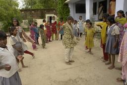 Filles jouant à la marelle. Source : http://data.abuledu.org/URI/502a1b1c-filles-jouant-a-la-marelle