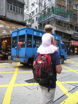 Fillette sur les épaules de son père. Source : http://data.abuledu.org/URI/5385a0e0-fillette-sur-les-epaules-de-son-pere