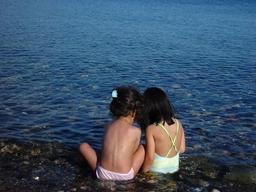 Fillettes au bord de l'eau. Source : http://data.abuledu.org/URI/5339aafd-fillettes-au-bord-de-l-eau