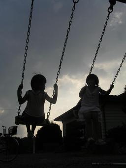 Fillettes sur une balançoire. Source : http://data.abuledu.org/URI/53145d48-fillettes-sur-une-balancoire