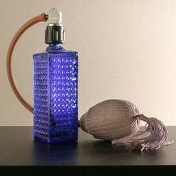Flacon de parfum. Source : http://data.abuledu.org/URI/50293100-flacon-de-parfum