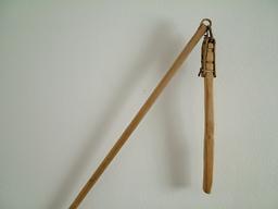 Fléau à grains en bois. Source : http://data.abuledu.org/URI/530b56eb-fleau-a-grains-en-bois