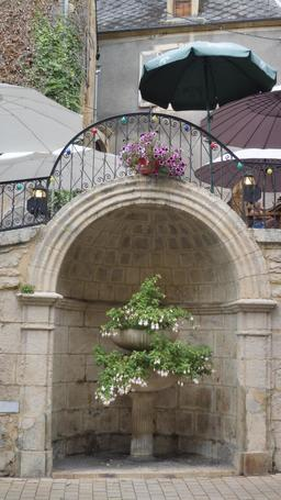 Fontaine dans la ville médiévale à Montignac-24. Source : http://data.abuledu.org/URI/5994e8cf-fontaine-dans-la-ville-medievale-a-montignac-24
