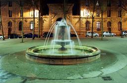 Fontaine de la Place Monge de nuit. Source : http://data.abuledu.org/URI/53e28acc-fontaine-de-la-place-monge-de-nuit