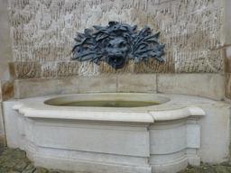 Fontaine extérieure de la Manufacture de Sèvres. Source : http://data.abuledu.org/URI/585d5d49-fontaine-exterieure-de-la-manufacture-de-sevres