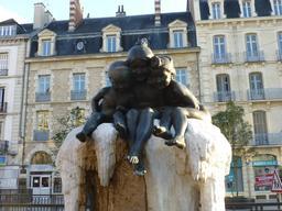 Fontaine Jeunesse place Darcy de Dijon. Source : http://data.abuledu.org/URI/58204d0f-fontaine-jeunesse-place-darcy-de-dijon-